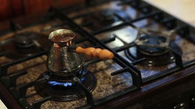 Έναρξη καφέ που βράζει σε ένα δοχείο καφέ μετάλλων απόθεμα βίντεο