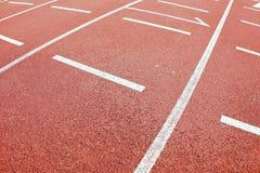 έναρξη Κόκκινη τρέχοντας πίστα αγώνων στο υπαίθριο αθλητικό στάδιο Στοκ φωτογραφία με δικαίωμα ελεύθερης χρήσης