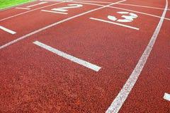 έναρξη Κόκκινη τρέχοντας πίστα αγώνων στο υπαίθριο αθλητικό στάδιο Στοκ Φωτογραφίες