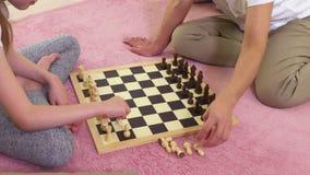 Έναρξη μητέρων και κορών για να παίξει το σκάκι φιλμ μικρού μήκους