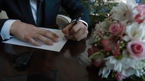 Έναρξη νεόνυμφων που γράφει μια επιστολή εγγράφου απόθεμα βίντεο