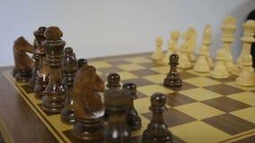 Έναρξη παιχνιδιών σκακιού Το μαύρο ενέχυρο ανοίγει το κόμμα στο σκάκι, χρησιμοποιώντας το δικαίωμα της πρώτης κίνησης Η κυκλική π φιλμ μικρού μήκους