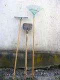 Έναρξη που λειτουργεί την άνοιξη το χρόνο Φτυάρι, τσουγκράνα, σκούπα φύλλων Στοκ Φωτογραφία
