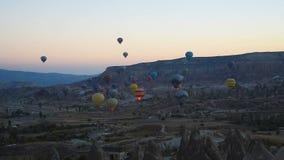 Έναρξη πρωινού των μπαλονιών ζεστού αέρα σε Cappadocia Τουρκία απόθεμα βίντεο