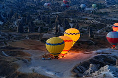 Έναρξη πρωινού των μπαλονιών ζεστού αέρα σε Cappadocia Τουρκία Στοκ Φωτογραφία