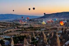 Έναρξη πρωινού των μπαλονιών ζεστού αέρα σε Cappadocia Τουρκία Στοκ Εικόνα