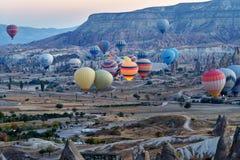 Έναρξη πρωινού των μπαλονιών ζεστού αέρα σε Cappadocia Τουρκία Στοκ Φωτογραφίες
