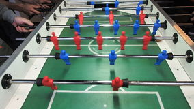 Έναρξη την απεργία στο επιτραπέζιο ποδοσφαιρικό παιχνίδι Νέοι που παίζουν foosball Μπροστινό viev απόθεμα βίντεο