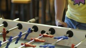 Έναρξη την απεργία στο επιτραπέζιο ποδοσφαιρικό παιχνίδι Το επιτραπέζιο ποδόσφαιρο παιχνιδιού τύπων Το άτομο παίζει το ποδόσφαιρο απόθεμα βίντεο