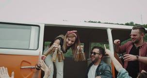Έναρξη της νέας κυρίας κομμάτων πικ-νίκ τα μέρη των μπουκαλιών της μπύρας από το αναδρομικό φορτηγό και δόσιμο τους στους φίλους  απόθεμα βίντεο
