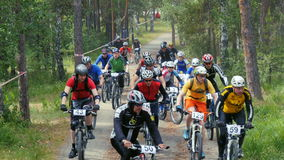 Έναρξη της φυλής, κύρια ομάδα ποδηλατών που πηγαίνουν ανηφορικά φιλμ μικρού μήκους