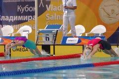 Έναρξη του ανταγωνισμού κολύμβησης ύπτιου γυναικών κατά τη διάρκεια του φλυτζανιού Salnikov στοκ φωτογραφία με δικαίωμα ελεύθερης χρήσης