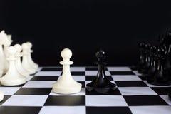 Έναρξη του παιχνιδιού σκακιού στοκ εικόνα με δικαίωμα ελεύθερης χρήσης