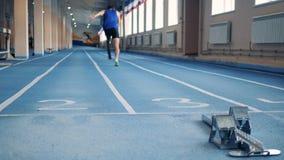 Έναρξη του τρεξίματος της άσκησης ενός ατόμου με ένα ρομποτικό πόδι απόθεμα βίντεο
