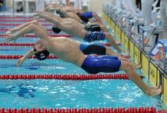 Έναρξη του ύπτιου που κολυμπά κατά τη διάρκεια του φλυτζανιού Salnikov στοκ εικόνες