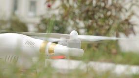 Έναρξη των μηχανών του quadrocopter φιλμ μικρού μήκους