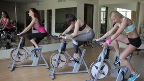 Έναρξη των συνόδων ομάδας για τα ποδήλατα άσκησης απόθεμα βίντεο