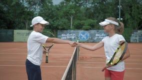 Έναρξη των τενιστών αντιστοιχιών, κοριτσιών και αγοριών αντισφαίρισης που συναντιούνται από καθαρό και που χαιρετούν ο ένας τον ά φιλμ μικρού μήκους