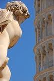 Ένας άγγελος του dei Putti Λα Fontana με τη μικρή άποψη του κλίνοντας πύργου της Πίζας Στοκ εικόνα με δικαίωμα ελεύθερης χρήσης