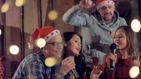Ένας άνδρας ενώνει δύο τραγουδώντας γυναίκες σε μια γιορτή Χριστουγέννων φιλμ μικρού μήκους
