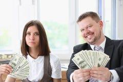 Ένας άνδρας και μια γυναίκα απολαμβάνουν τα ελαφριά χρήματα Στοκ Φωτογραφίες