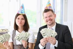 Ένας άνδρας και μια γυναίκα απολαμβάνουν τα ελαφριά χρήματα Στοκ φωτογραφία με δικαίωμα ελεύθερης χρήσης