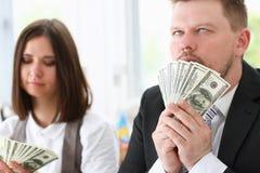 Ένας άνδρας και μια γυναίκα απολαμβάνουν τα ελαφριά χρήματα Στοκ εικόνες με δικαίωμα ελεύθερης χρήσης