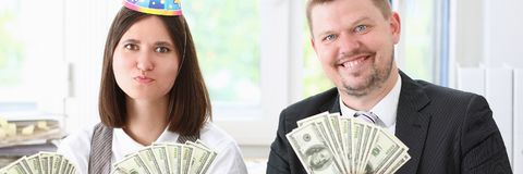 Ένας άνδρας και μια γυναίκα απολαμβάνουν τα ελαφριά χρήματα Στοκ Εικόνες