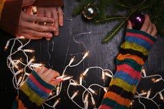 Ένας άνδρας και μια γυναίκα διακοσμούν το χριστουγεννιάτικο δέντρο από κοινού κορυφαία όψη Στοκ Εικόνες
