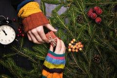 Ένας άνδρας και μια γυναίκα διακοσμούν το χριστουγεννιάτικο δέντρο από κοινού κορυφαία όψη Στοκ εικόνα με δικαίωμα ελεύθερης χρήσης