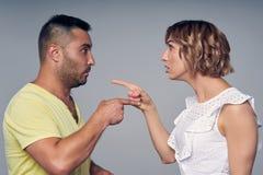 Ένας άνδρας και μια γυναίκα ζευγών που δείχνουν η μια στην άλλη που εκφράζει την κατηγορία στοκ φωτογραφία με δικαίωμα ελεύθερης χρήσης