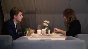 Ένας άνδρας και μια γυναίκα κατά μια ημερομηνία που τρώει το επιδόρπιο και που επικοινωνεί, πυροβολισμός ολισθαινόντων ρυθμιστών απόθεμα βίντεο
