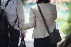 Ένας άνδρας και μια γυναίκα σε έναν περίπατο μέσω του ελατηρίου Στοκ φωτογραφία με δικαίωμα ελεύθερης χρήσης