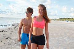 Ένας άνδρας και μια γυναίκα στην παραλία στοκ φωτογραφίες με δικαίωμα ελεύθερης χρήσης
