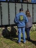 Ένας άνδρας και μια γυναίκα στον κινούμενο τοίχο για τον πόλεμο του Βιετνάμ στοκ εικόνες με δικαίωμα ελεύθερης χρήσης
