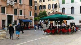 Ένας άνετος καφές πόλεων στο κέντρο της Βενετίας της Ιταλίας φιλμ μικρού μήκους