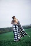 Ένας άνδρας αγκαλιάζει μια γυναίκα Στοκ εικόνες με δικαίωμα ελεύθερης χρήσης