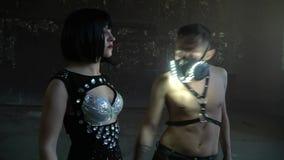Ένας άνδρας χορεύει με μια γυναίκα σε μια εγκαταλειμμένη αίθουσα απόθεμα βίντεο