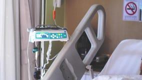 Ένας άρρωστος θηλυκός ασθενής σε ηλικίας eyeglasses που υποφέρουν στο δωμάτιο νοσοκομείων με IV αίθουσα σταλαγματιάς 3840x2160 απόθεμα βίντεο