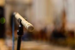 Ένας έτοιμος να χρησιμοποιήσει το μικρόφωνο στοκ φωτογραφία