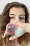 Ένας έφηβος που θα καλύψει μέρος του προσώπου με ένα χέρι που χρωματίζεται Στοκ Φωτογραφίες