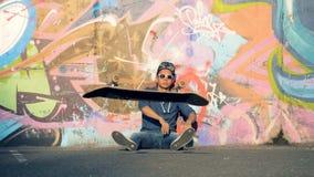 Ένας έφηβος ρίχνει τον πίνακά του μακριά, σε αργή κίνηση απόθεμα βίντεο