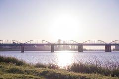 Ένας ήρεμος ποταμός και μια αψίδα γεφυρώνουν και πράσινοι χλόη και μπλε ουρανός στο πάρκο Hangang, Σεούλ, Νότια Κορέα στοκ εικόνα με δικαίωμα ελεύθερης χρήσης