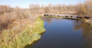 Ένας ήρεμος ποταμός και μια παλαιά γέφυρα απόθεμα βίντεο