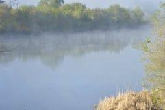 Ένας ήρεμος ποταμός στην υδρονέφωση πρωινού στοκ εικόνα