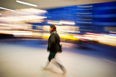 Ένας αγοραστής που περπατά ενάντια στην προθήκη Στοκ φωτογραφία με δικαίωμα ελεύθερης χρήσης