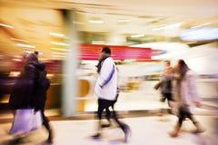 Ένας αγοραστής που περπατά ενάντια στην προθήκη Στοκ εικόνα με δικαίωμα ελεύθερης χρήσης