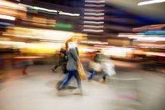 Ένας αγοραστής που περπατά μετά από ένα παράθυρο καταστημάτων Στοκ Φωτογραφία