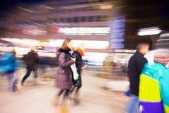 Ένας αγοραστής που περπατά μπροστά από την προθήκη στο σούρουπο Στοκ εικόνες με δικαίωμα ελεύθερης χρήσης