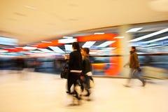 Ένας αγοραστής που περπατά μπροστά από την προθήκη Στοκ Εικόνες